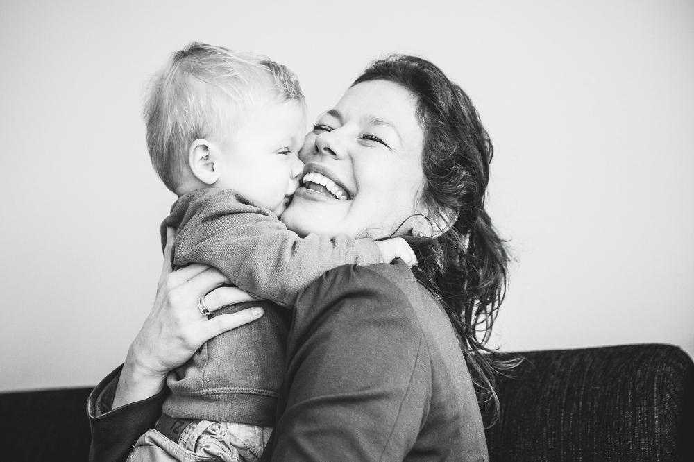 Familiefotografie op locatie, knuffelen