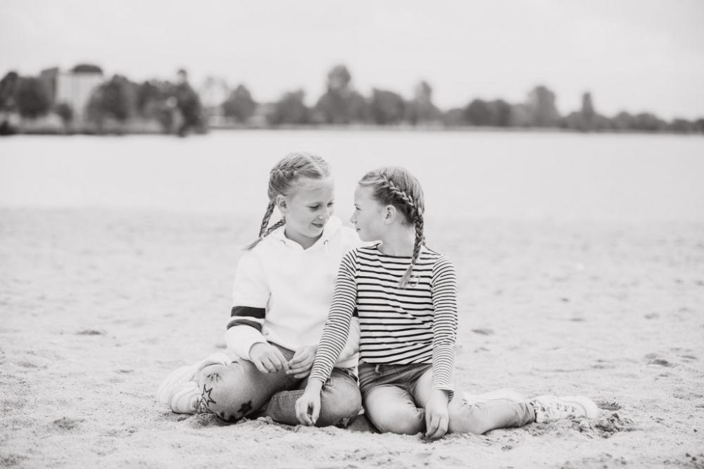 zusjes in zwart wit